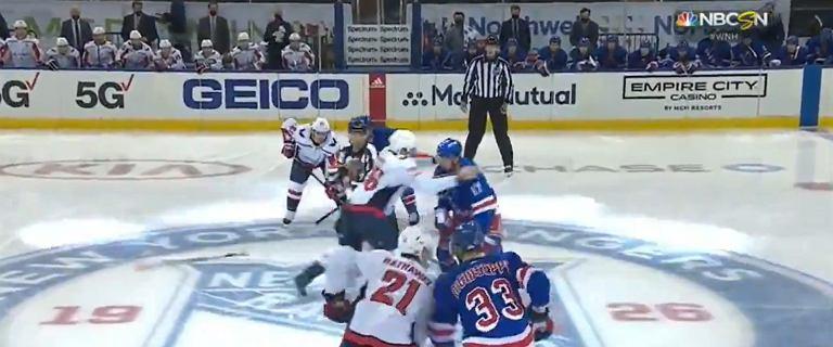 """Potężna bijatyka tuż po rozpoczęciu meczu w NHL. Odwet za """"przerażający akt przemocy"""""""