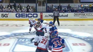 Gran pelea en la NHL justo después de que comenzara el partido