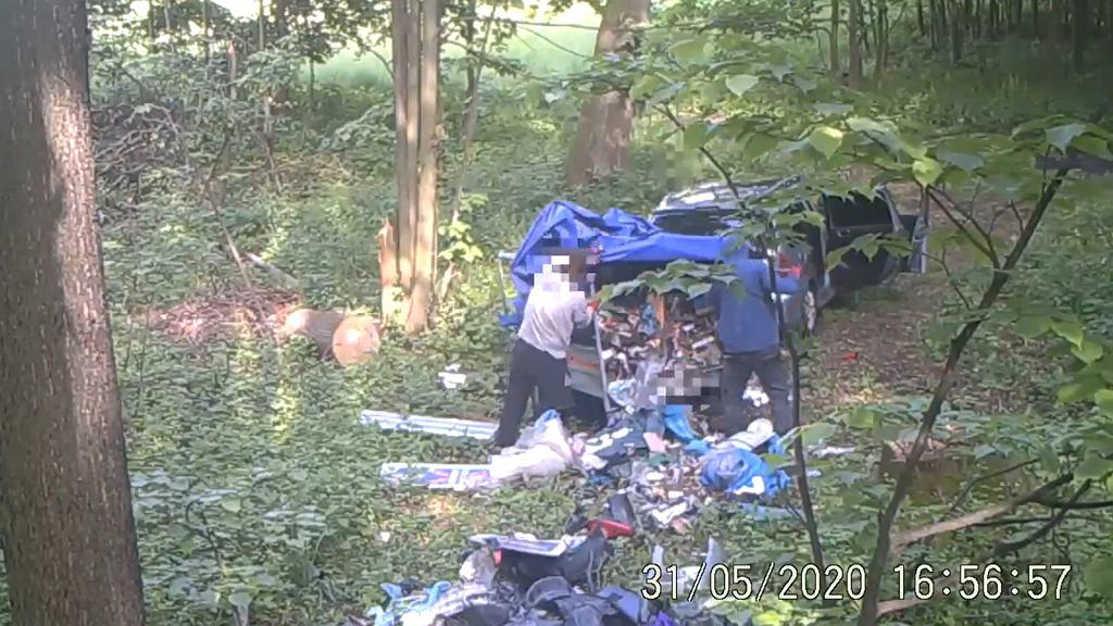 Dwaj mężczyźni wyrzucili śmieci w środku lasu w Karpaczu. Złapała ich fotopułapka