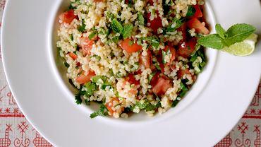 Sałatka tabbouleh (wymawiaj: 'tabule') pochodzi z Libanu i jest bardzo popularna w wielu krajach na Bliskim Wschodzie