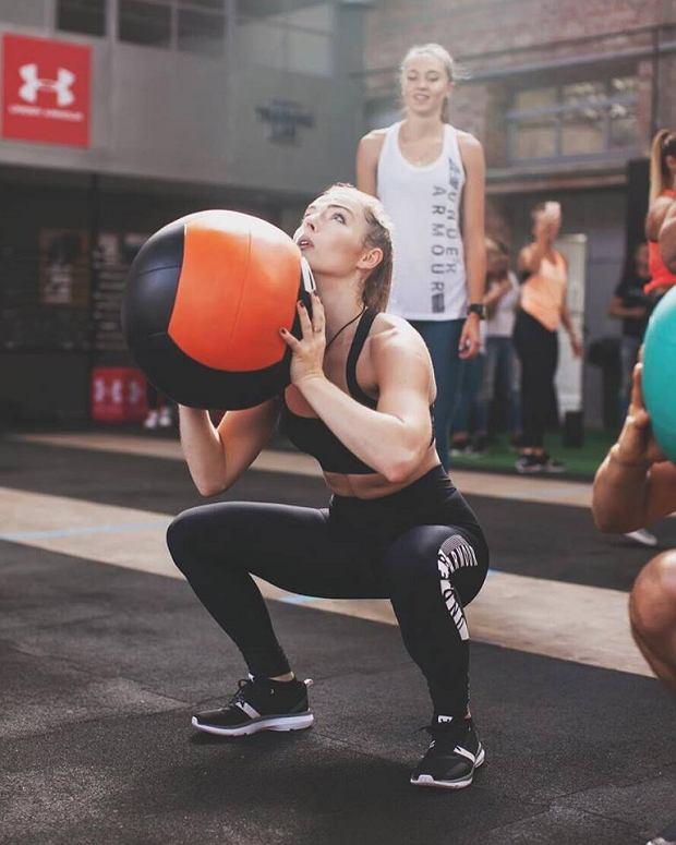Karolina Brzuszczyńska - trenerka personalna, od dziecka związana ze sztukami walki, instruktorka Taekwondo, posiadaczka czarnego pasa. Srebrna medalistka Pucharu Europy Juniorów w walkach kobiet