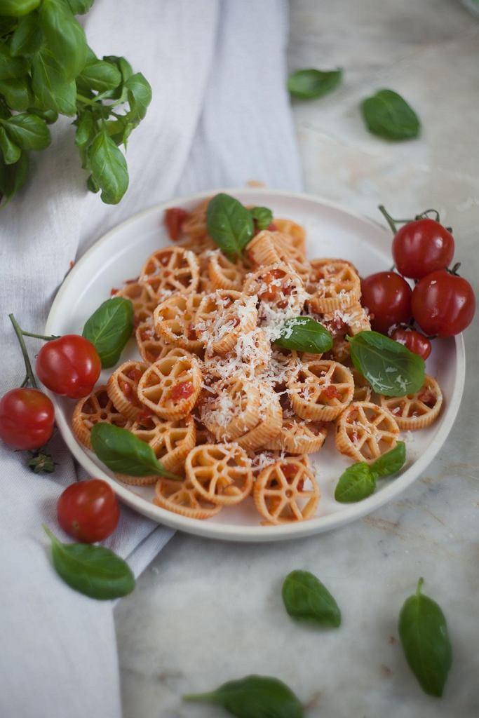 Makaron kółeczka z pomidorami