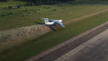 Rosyjski Ił-76 startujący z pasa trawiastego na lotnisku pod Twerem