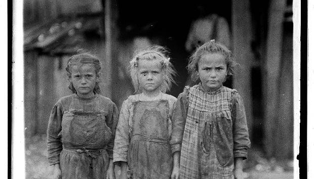 Małe robotnice z fabryki ostryg - Josie (6 lat), Bertha (6 lat) i Sophia (10 lat). Port Royal, Karolina Południowa, Maggioni Canning Co. Zdjęcie popularne w mediach społecznościowych. Wyzysk trwa, szacuje się, że na świecie pracują dziś 152 miliony dzieci