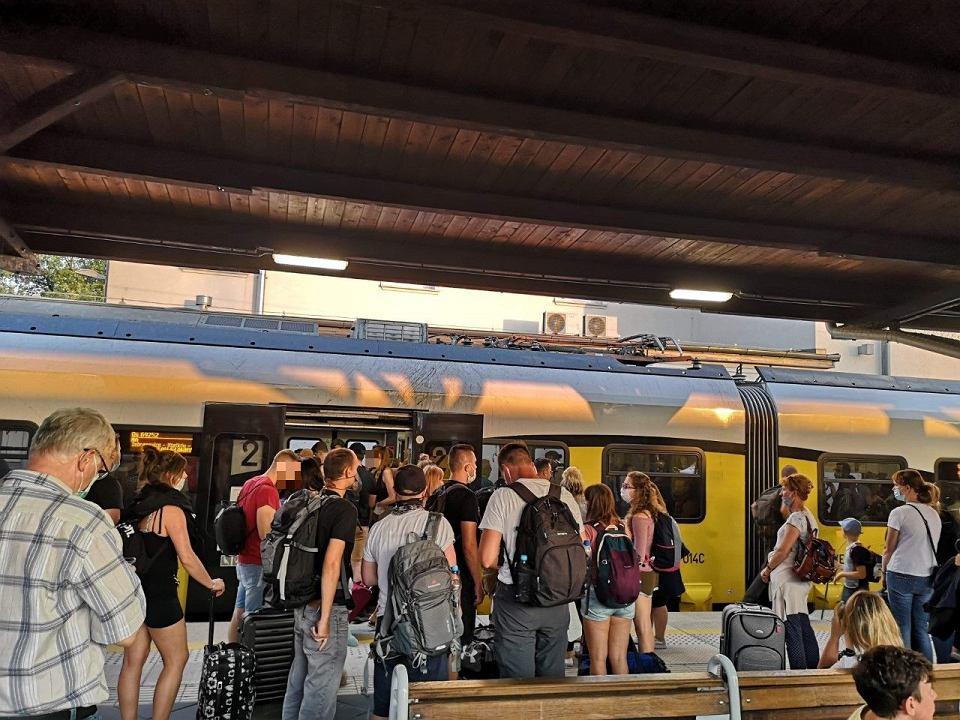 Nie wszyscy pasażerowie noszą maseczki. Na zdjęciu przesiadka do pociągu w Jaworzynie Śląskiej