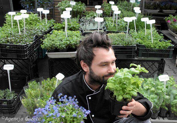 Kuba Korczak na stoisku z ziołami pod Halą Mirowską