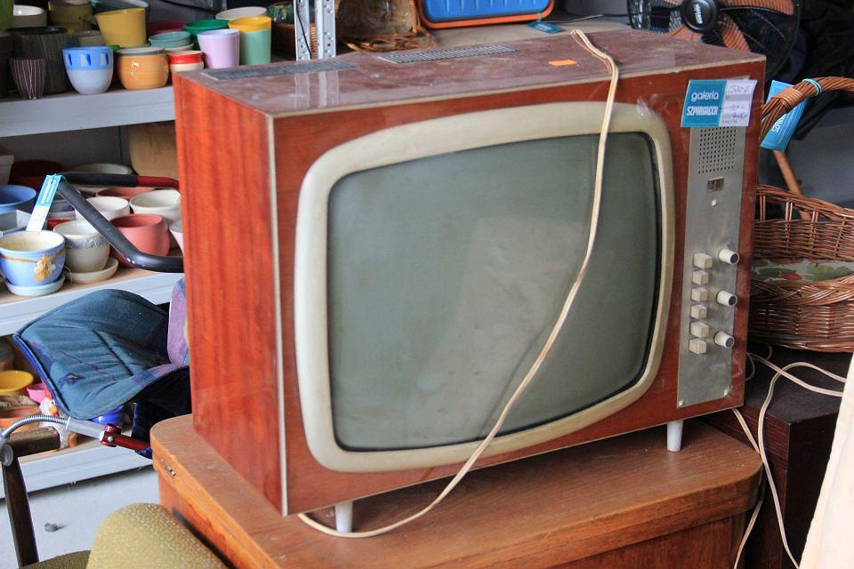 Stary telewizor w Galerii Szpargałek. Dziś uchodzi za stylowy mebel