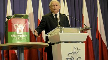 Konferencja szefa PiS Jarosława Kaczyńskiego z sierpnia 2011 roku, gdy zaproponował zmniejszenie akcyzy na paliwa