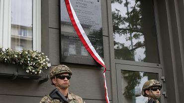 Uroczystość odsłonięcia tablicy w al. Niepodległości 165 upamiętniającej Sławomira Macieja Bittnera