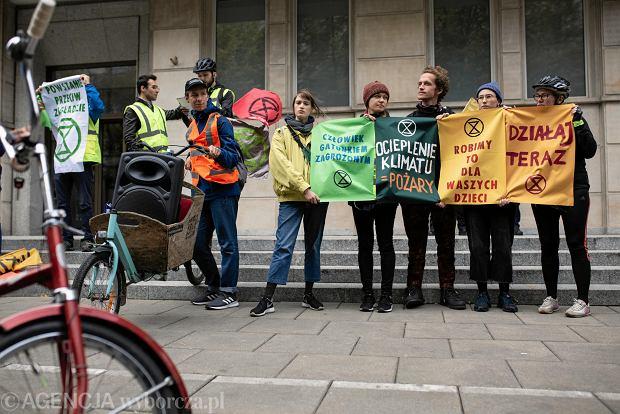 Zdjęcie numer 0 w galerii - Rowerowy protest od ministerstwa do ministerstwa. Aktywiści klimatyczni złożyli Deklarację Rebelii w siedmiu resortach