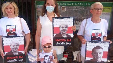 Akcja solidarności z przetrzymywanymi w więzieniu przez reżim Aleksandra Łukaszenki Andżeliką Borys - prezes Związku Polaków na Białorusi i dziennikarzem, działaczem tego związku Andrzejem Poczobutem. Akcję zorganizowali w niedzielę (25 lipca) pod konsulatem białoruskim w Białymstoku przebywający w Polsce działacze i działaczki Związku Polaków na Białorusi
