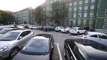 Parking przy Urzędzie Miasta będzie Płatnym Parkingiem Niestrzeżonym droższym niż SPP