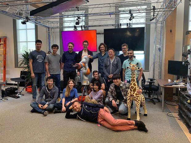 Z ekipą z OpenAI z robotyczną ręką, którą wytrenowali w środowisku wirtualnym.