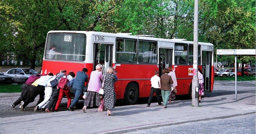 Pasażerowie pchają autobus linii 183 na pętli Wiatraczna