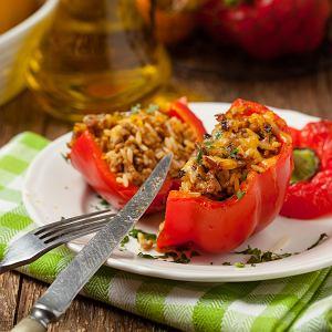Faszerowana papryka to idealne danie na obiad lub kolację. Bazą jest ryż lub kasza, a dodatkiem może być mięso lub warzywa.