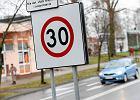 50 km/h w terenie zabudowanym, a na ekspresówce 120 km/h? Nie zawsze. Wszystko o ograniczeniach prędkości