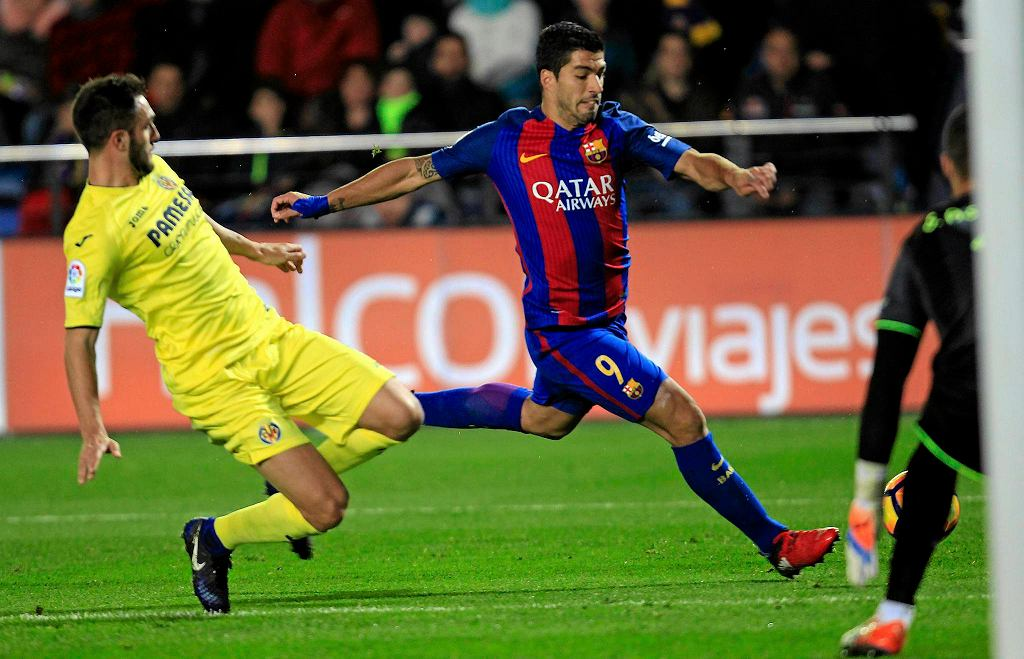 FC Barcelona's Luis Suarez, right, duels for the ball with Villarreal's Mateo Musacchio, left, during the Spanish La Liga soccer match between Villarreal and Barcelona at the Ceramica stadium in Villarreal, Spain, Sunday, Jan. 8, 2017. (AP Photo/Alberto Saiz) SLOWA KLUCZOWE: XLALIGAX