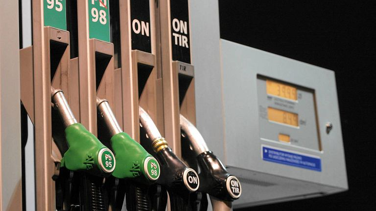 Dystrybutor paliwa na stacji.