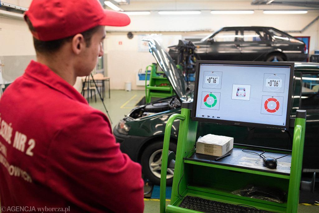 W Zespole Szkół nr 2 zajęcia praktyczne są prowadzone w nowoczesnych warsztatach samochodowych