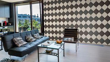 <B>Płytki ceramiczne.</B> Ściany w salonie to nietypowe miejsce na płytki ceramiczne. Bogaty wybór nowych wzorów, powoduje jednak, że z powodzeniem można je położyć także w pokoju dziennym. Szczególnie jeśli wystrój ma nawiązywać do określonego stylu, np, marokańskiego.