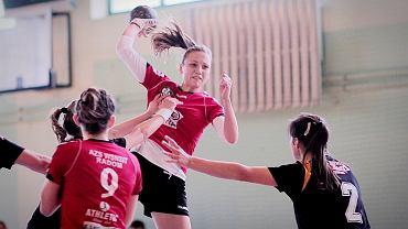 piłka ręczna. Katarzyna Kowalska (z piłką), AZS EUST Radom