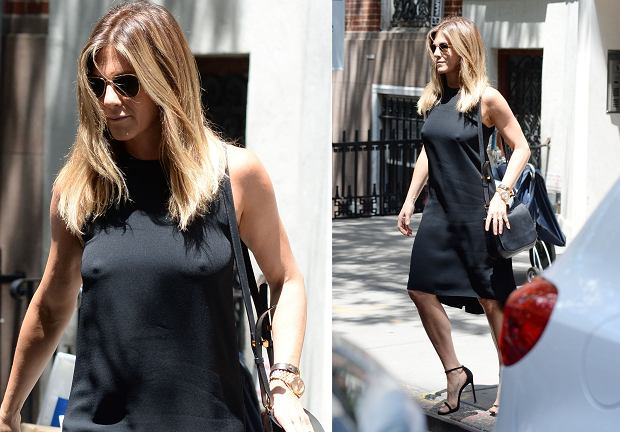 Aniston została właśnie sfotografowana przez paparazzi, gdy wychodziła z nowojorskiej restauracji. Jeżeli jej strój miał odwrócić uwagę od okolic talii, to się udało. Sukienka co prawda luźna, ale bardzo dokładnie podkreśliła piersi....