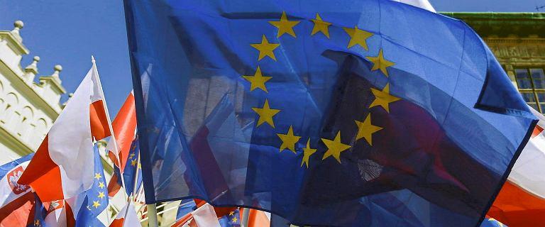 Sondaż. Polacy chcą zostać w UE. Mimo sporu rządu z Komisją Europejską