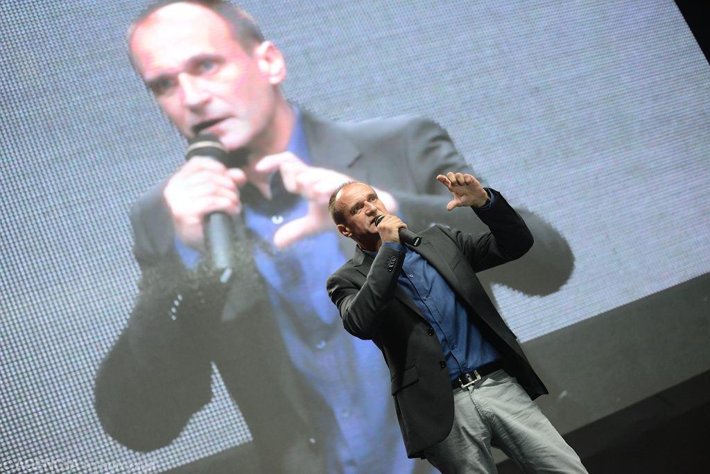Paweł Kukiz na scenie podczas sobotniego zjazdu w Lubinie