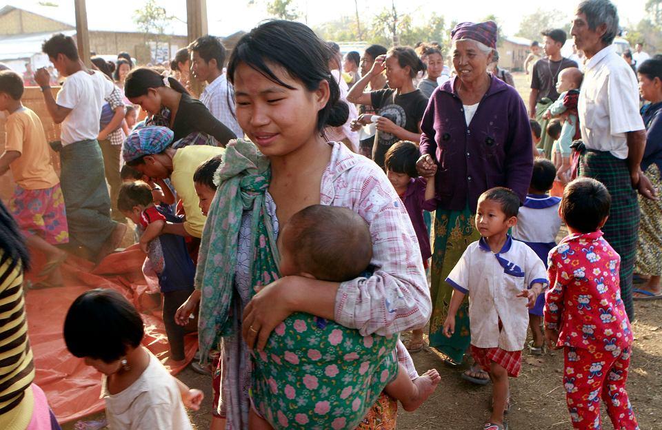 22.02.2012, Myitkyina, Mjanma, Kaczinki w obozie dla uchodźców.