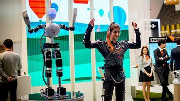 Robot Deutsche Telekom powtarza każdy ruch rękawicy na naszym ręku. Gdy superszybka transmisja danych 5G będzie już codziennością, popijając herbatę w fotelu, wyślemy go tam, gdzie diabeł nie może - do płonącego lasu albo wywróconej przyczepy z chemikaliami - żeby wykonał za nas czarną robotę