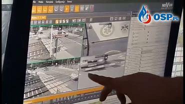 Wypadek w Puszczykowie. Kadr z nagrania monitoringu, gdy karetka pogotowia utknęła między zaporami na przejeździe kolejowym