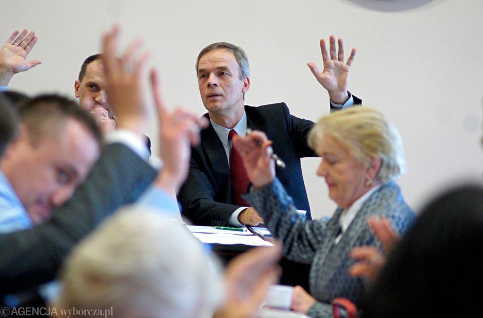 2014 rok, sesja Rady Gminy Zielona Góra. Mariusz Rosik zagłosował z połączeniem z miastem.