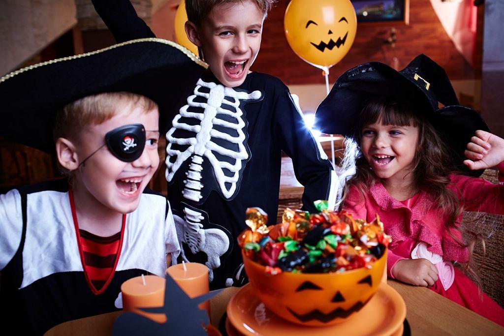 Zabawy na Halloween dla dzieci? Mamy dla was trochę propozycji. Spokojnie możecie się także zainspirować grami, które kiedyś pojawiały się na organizowanych w domu urodzinach.