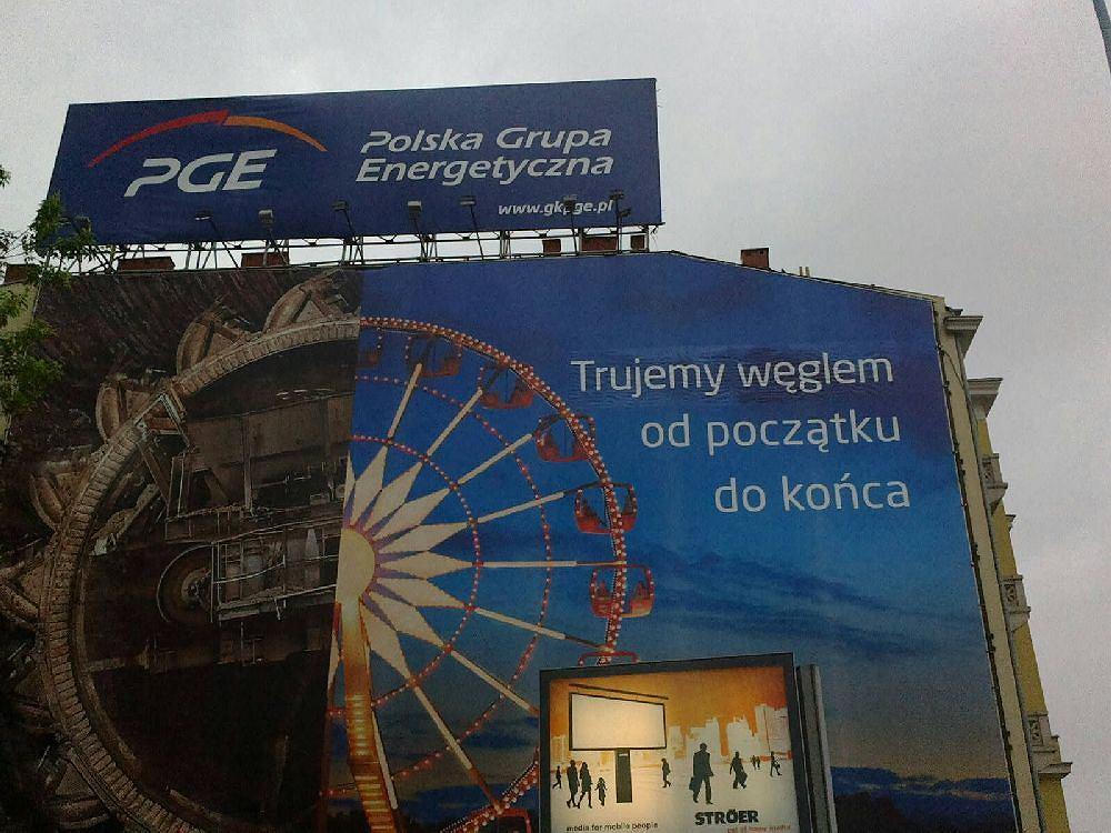 Ostatnią akcją ekologów było doklejenie do wielkiej reklamy PGE przy skrzyżowaniu Al. Jerozolimskich i Chałubińskiego w Warszawie hasła