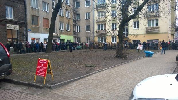 Długa kolejka przed cukiernią Zagoździńskich przy ul. Górczewskiej