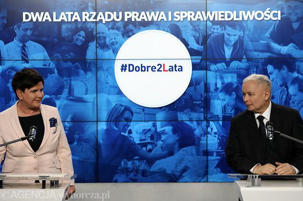 Premier Beata Szydło i jej partyjny zwierzchnik prezes Jarosław Kaczyński podsumowują dwa lata rządów PiS. konferencja w kwaterze głównej Prawa i Sprawiedliwości przy ul. Nowogrodzkiej w Warszawie, 14 listopada 2017