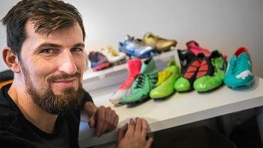 Maciej Zakrzewski, kolekcjoner butów piłkarskich, założyciel portalu tepy.pl