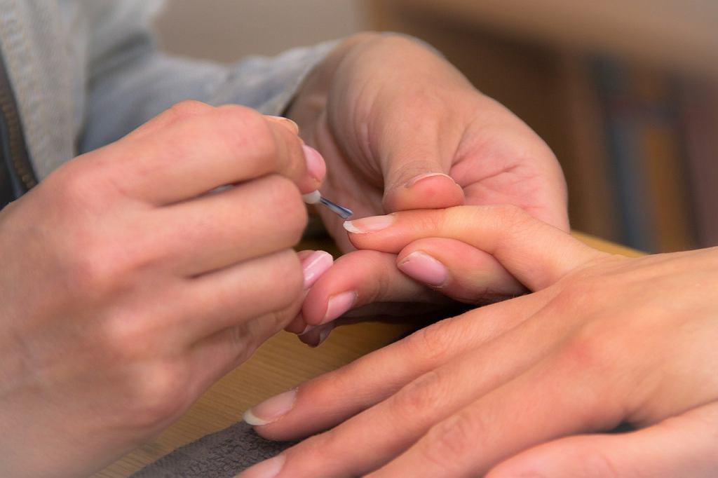 Kosmetyczka maluje paznokcie