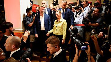 Mette Frederiksen (w środku), przywódczyni zwycięskich   socjaldemokratów w otoczeniu dziennikarzy.  Zamek Christiansborg w Kopenhadze, 5 maja 2019 r.