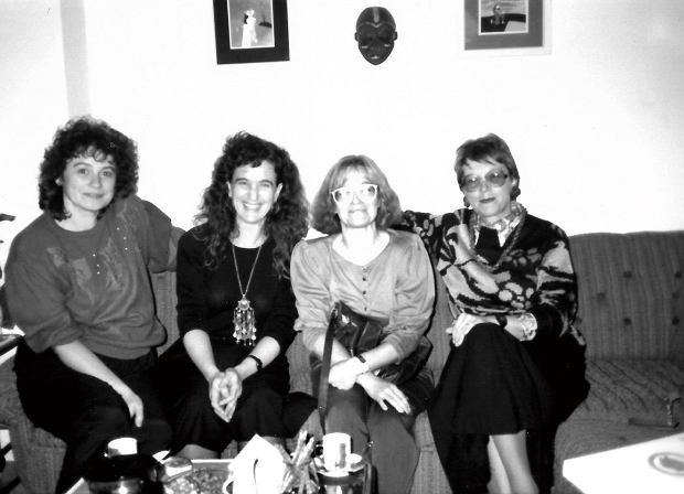 Shana Penn, druga od lewej, podczas wizyty u działaczek NEWW, Bratysława, 1992 r.