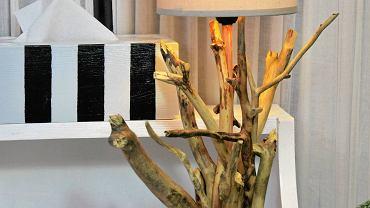 Ekologiczna lampa stołowa wykonana z gałęzi.
