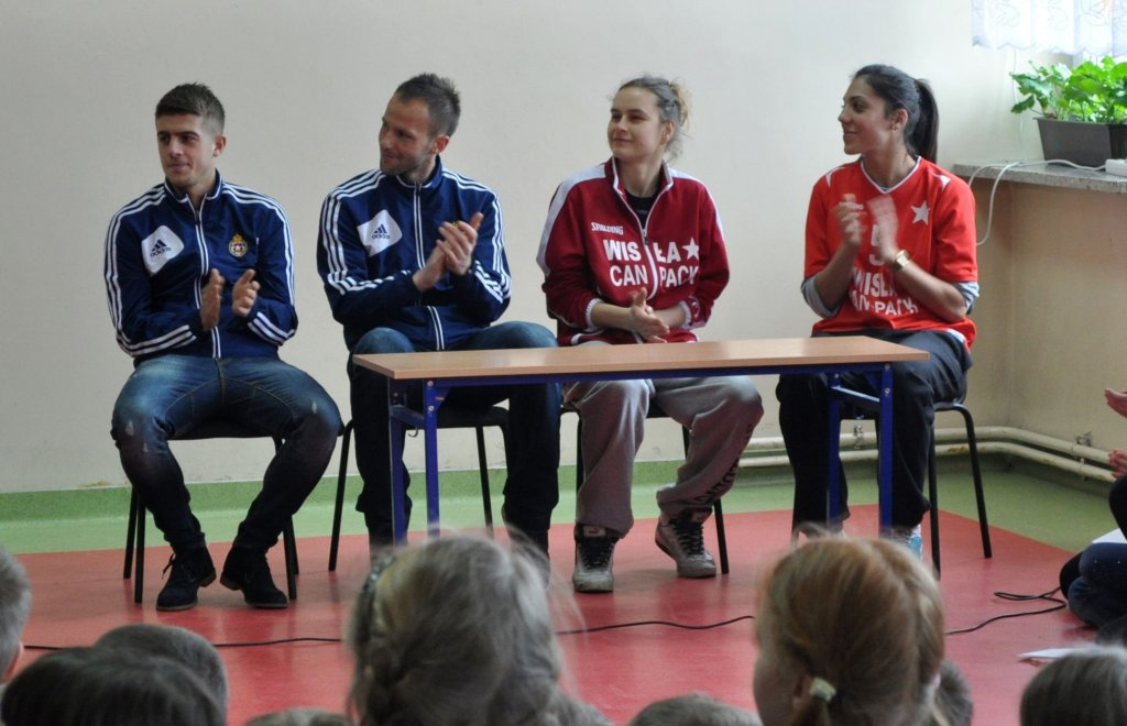 Piłkarze i koszykarki Wisły z wizytą w szkole podstawowej w Mucharzu