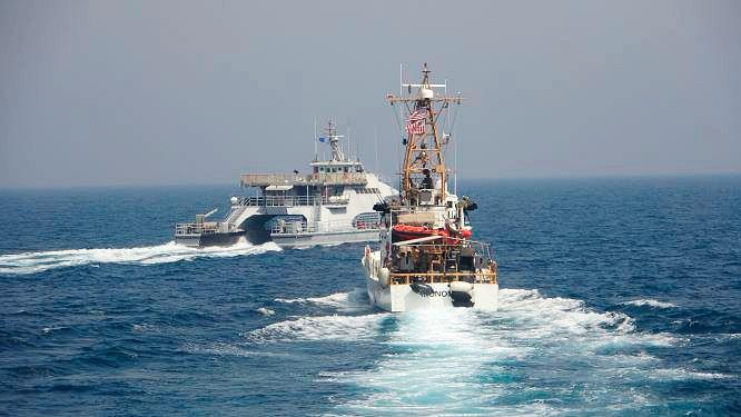 Amerykańska marynarka udostępniła zdjęcia, na których widać, jak do okrętu USA podpływa statek irańskiego Korpusu Strażników Rewolucji Islamskiej.