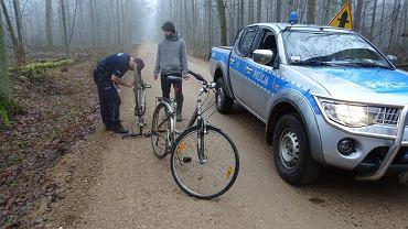 Policja zatrzymuje rowerzystów w Puszczy Białowieskiej
