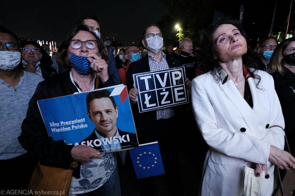 17.06.2020, Warszawa, publiczność przed budynkiem TVP ogląda Debatę Prezydencką