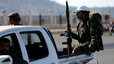 Bojownicy z grupy Huti na jednej z ulic stolicy Jemenu Sany