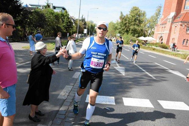 wroclaw maraton pani w kapeluszu przybija piatki