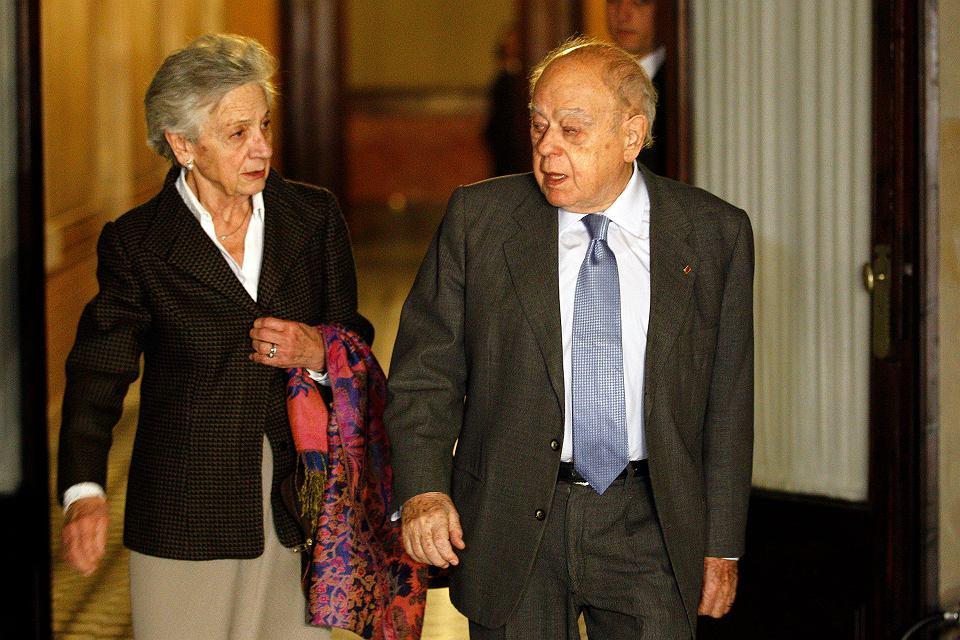 23.02.2015, Barcelona, były prezydent Katalonii Jordi Pujol wraz ze swoją żoną Martą Ferrusolą wychodzi z przesłuchania przed komisją parlamentarną.