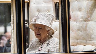 Królowa Elżbieta II nie jest zadowolona z poczynań wnuka. Martwi się o dzieci