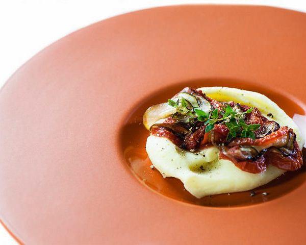 Ratatouille z tymiankiem cytrynowym na purée ziemniaczanym z cheddarem
